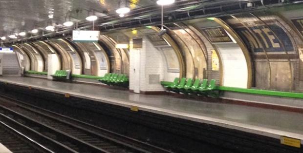inspirationsgraphiques-histoire-metropolitain-renovation-station-metro-Trinite-ligne-12-decarrossage-affiches-parisienne-Ratp-graphisme-ceramique-01
