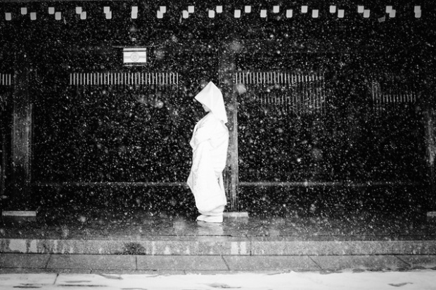 Stephane Mangin/ National Geographic Travel Photographer of the Year Contest. Snowy Bride. Shinjuku, Tokyo, Japon