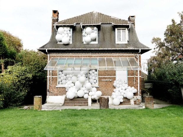 inspirationsgraphiques-paysage-photographe-charles-petillon-ballons-exposition-galerie-magda-danysz-installation-monumentale-photographies-invasions-04