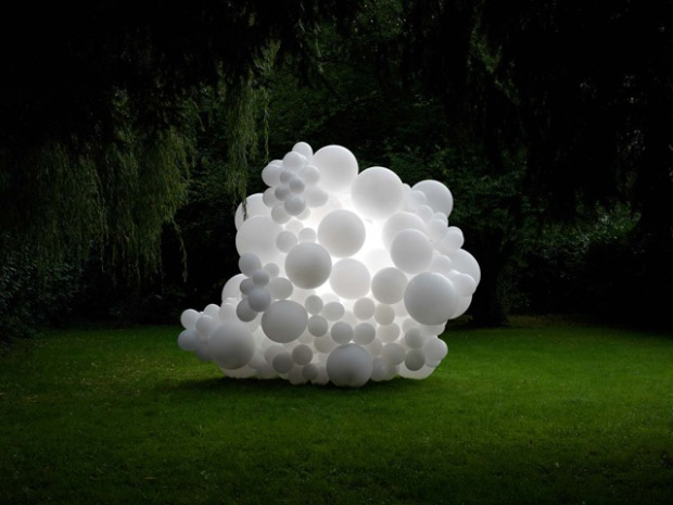 inspirationsgraphiques-paysage-photographe-charles-petillon-ballons-exposition-galerie-magda-danysz-installation-monumentale-photographies-invasions-06