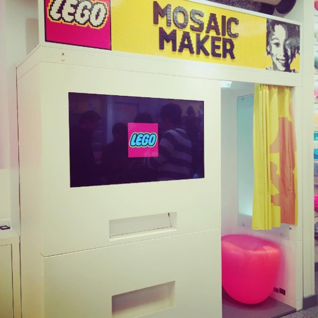 inspirationsgraphiques-photo-pixel-pixelart-londres-lego-store-mozaic-maker-cabine-photomaton-photo-pieces-portrait-02